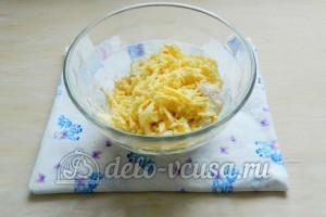 Сырные крекеры: Добавить натертый сыр и соль