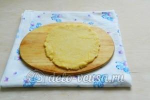 Сырные крекеры: Раскатать тесто