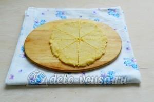 Сырные крекеры: Разрезать тесто