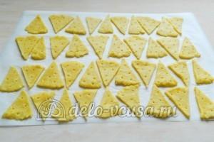 Сырные крекеры: Выложить на пергамент