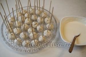 Творожные кейк попсы: Воткнуть в шарики палочки