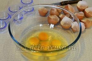 Яичница с картофелем: Разбиваем яйца