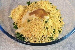 Яйца фаршированные сыром: Добавить майонез, горчицу и соль
