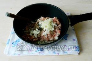 Слоеный рулет с фаршем: Выложить на сковороду фарш, измельченный лук, добавить перец