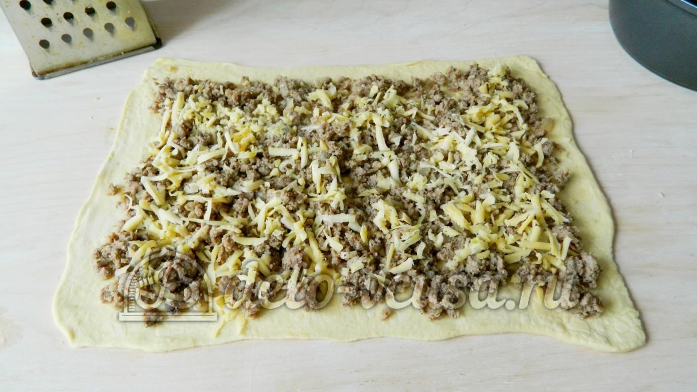 Слоеный рулет с фаршем: Натереть сыр и чеснок