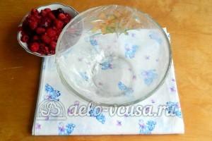 Желейный торт со сметаной: Накрыть емкость пищевой пленкой
