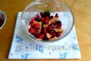 Желейный торт со сметаной: Выложить на пленку ягоды и печенье