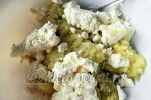 Мнишки со сметаной: Соединить творог с картошкой