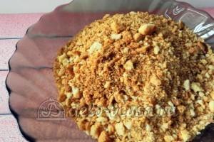 Куриное филе в сухарях: Сухари измельчаем