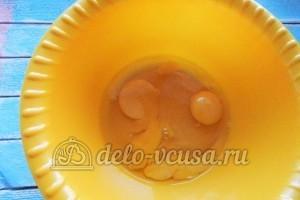 Пирог с тыквой: Вбить яйца в миску