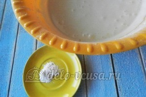 Пирог с тыквой: Добавить разрыхлитель и соль
