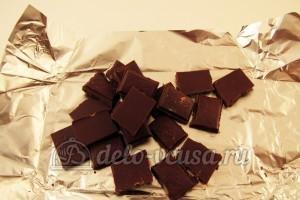 Шоколадные блинчики: Поломать плитку шоколада на кусочки