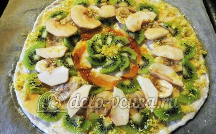 Фруктовая пицца: Выложить фрукты, посыпать цедрой