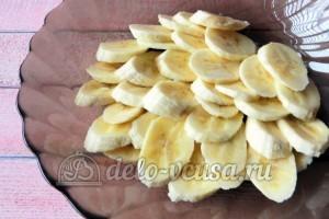 Фруктовая пицца: Нарезать бананы