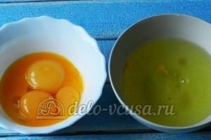 Творожная запеканка с изюмом: Отделить желтки от белков