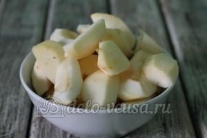 Шарлотка с яблоками в мультиварке: Яблоки почистить