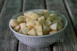Шарлотка с яблоками в мультиварке: Яблоки порезать кубиками