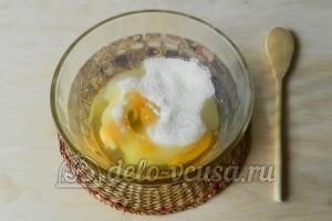 Бисквит с джемом: Соединить сахар и яйца