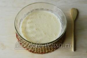 Бисквит с джемом: Взбить яйца с сахаром