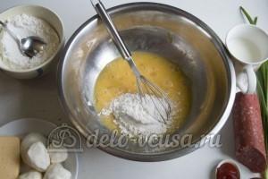 Блины с колбасой, сыром и помидорами: Добавить муку