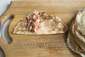 Блины с колбасой, сыром и помидорами: Формируем блинчики