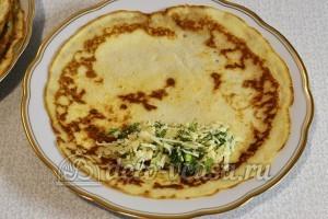 Блины с сыром и зеленью: На блинчик кладем ложку начинки