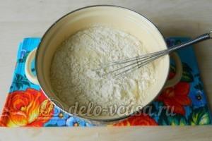 Блины с яйцом и зеленым луком: Добавить в молоко муку
