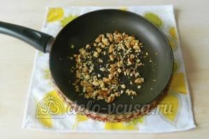 Брауни с орехами: Обжариваем измельченные грецкие орехи