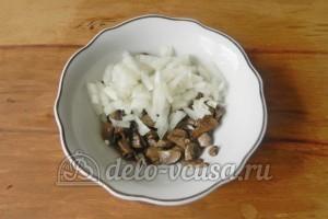 Бутерброды с шампиньонами и сыром: Добавляем к грибам порубленный лук
