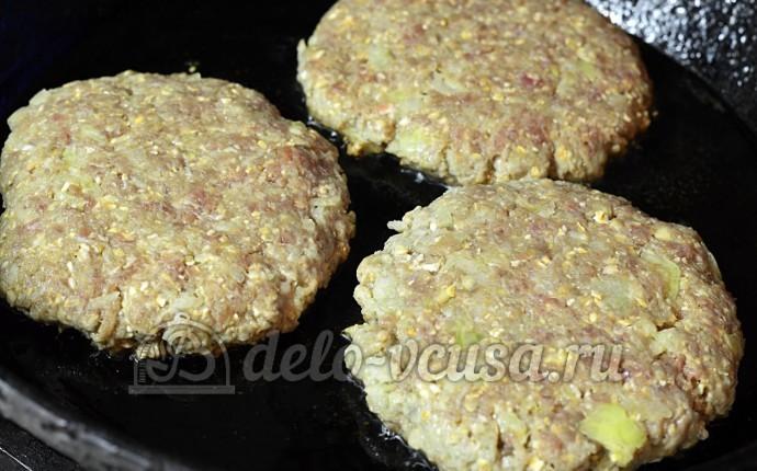 Домашний чизбургер: Сформировала котлеты
