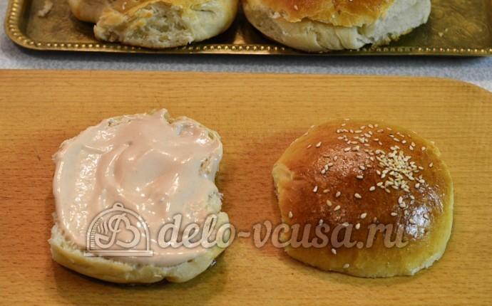 Домашний чизбургер: Разрезала булочки