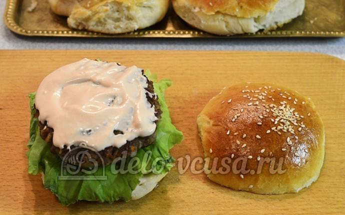 Домашний чизбургер: Котлету смазать соусом