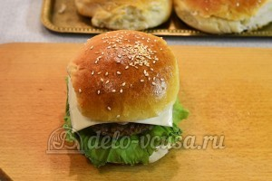 Домашний чизбургер: Накрыла второй частью булочки