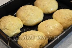 Домашний чизбургер: Смазать булочку яйцом