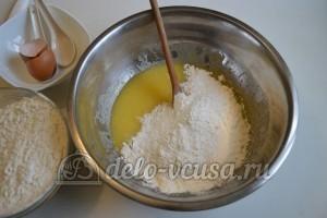 Песочный пирог с вареньем: Добавить муку