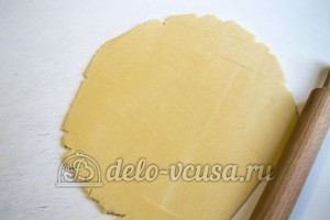Песочный пирог с вареньем: Раскатать тесто