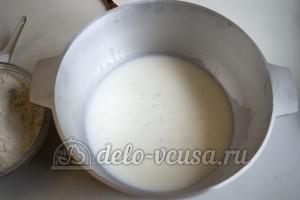 Пампушки на молоке: Соединить молоко, воду, сахар и дрожжи