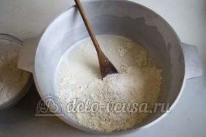 Пампушки на молоке: Добавить просеянную муку