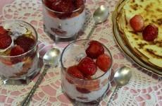 Клубнично-творожный десерт с блинами