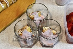 Клубнично-творожный десерт с блинами: Добавить йогурт