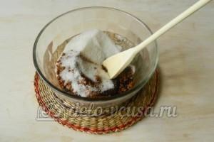 Сладкая колбаска из бисквита: Соединить сахар и какао