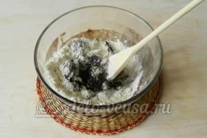 Сладкая колбаска из бисквита: Добавить муку