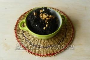 Сладкая колбаска из бисквита: Добавить масло и орехи