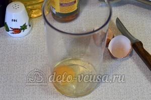 Домашний майонез: Разбить яйцо