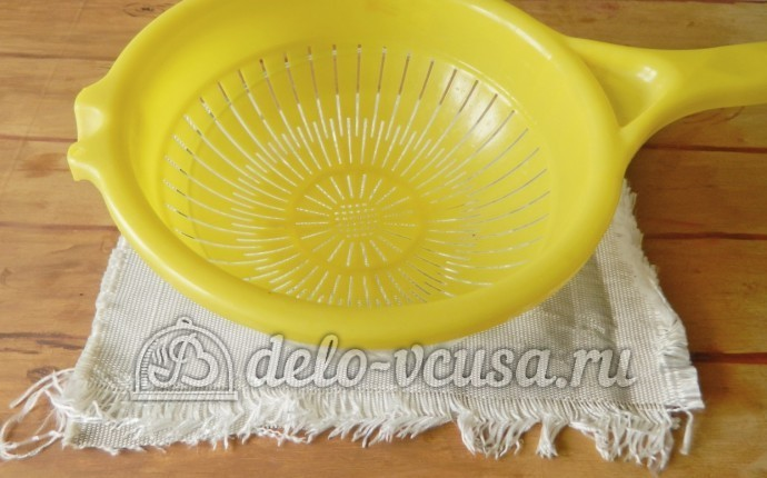 Домашний сыр Фета: Дуршлаг поставить в миску