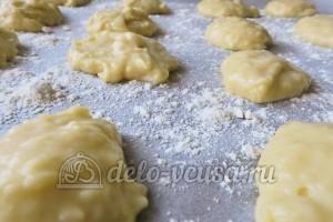 Гужеры с сыром: Кладем тесто на противень
