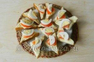 Канапе кораблики с огурцом: Сверху кладем яйцо