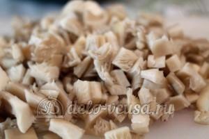 Картофельная бабка с грибами: Порезать грибы