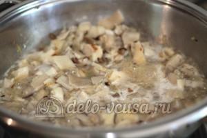Картофельная бабка с грибами: Обжарить грибы
