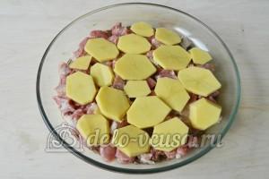 Картофельная запеканка с мясом и грибами: Выкладываем картофель